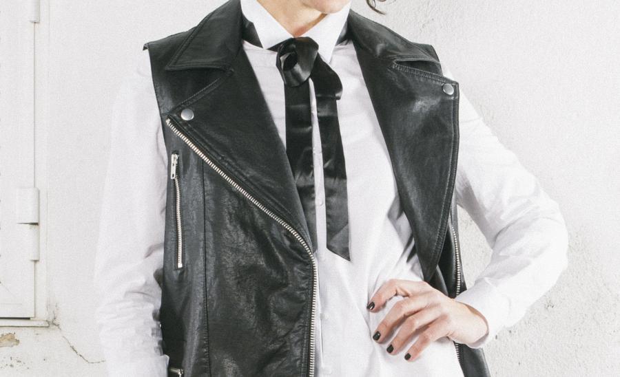 chaleco perfecto cuero, camisa blanca, white shirt