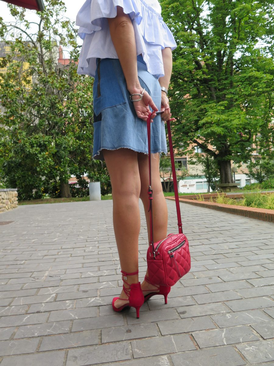 patchwork skirt, falda vaquera, falda patchwork, denim, hells, zapato rojo, lace up, blusa volante, frill shirt, bag, bolso rojo