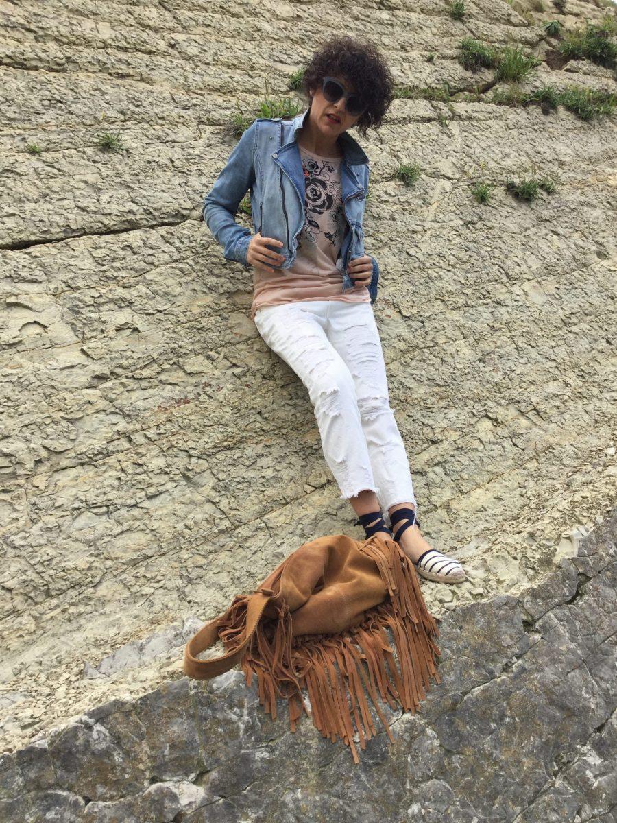 perfecto vaquero, biker vaquera, denim jacket, boyfriend jeans, alpargatas, espadrilles, made in spain, bolso flecos, bag, fringeds