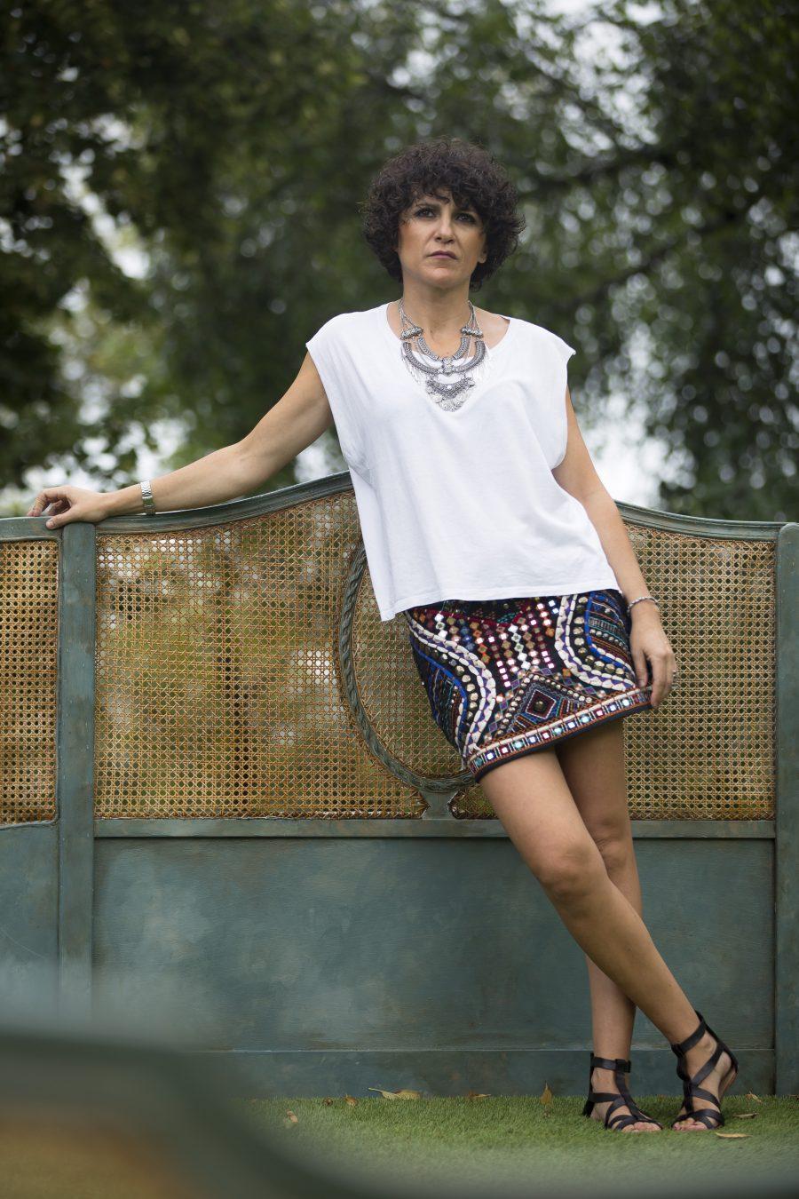 boho style, maxi necklace, maxi collar, mini falda, boho, abalorios, camiseta blanca, white tee, sandalias tiras, romanas