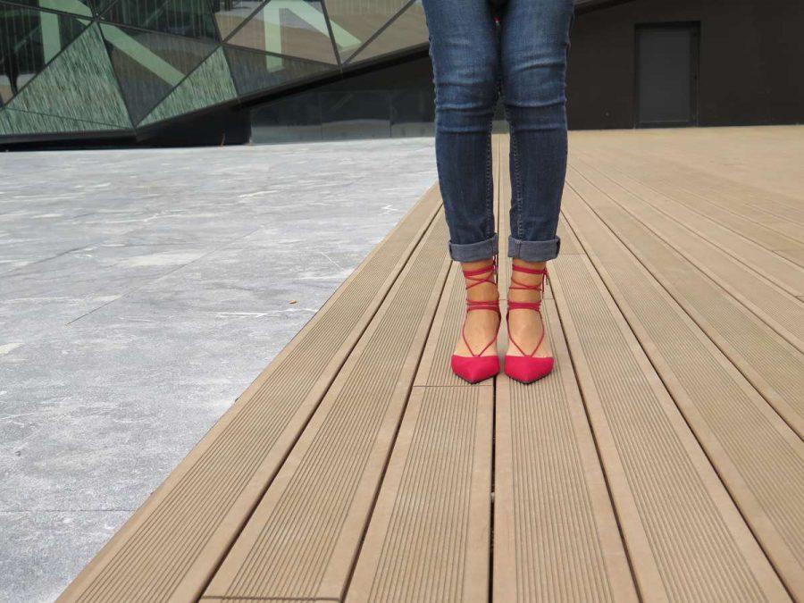 Urban, pijama, jeans, denim, pitillos, skinny, red shoes, zapatos rojos, zapatos tacón, zapatos atados al tobillo, Miss Clov, Donostia, Rebeca Valdivia, personal shopper