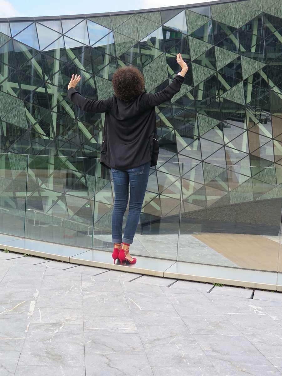 Urban,tendencia pijama, pijama, denim, pitillos, skinny, jeans, bolso mano, hello, handbag, zapatos tacón, hells, zapatos rojos, zapatos atados al tobillo, red shoes, lace up shoes, Miss Clov, Donostia, Rebeca Valdivia, personal shopper
