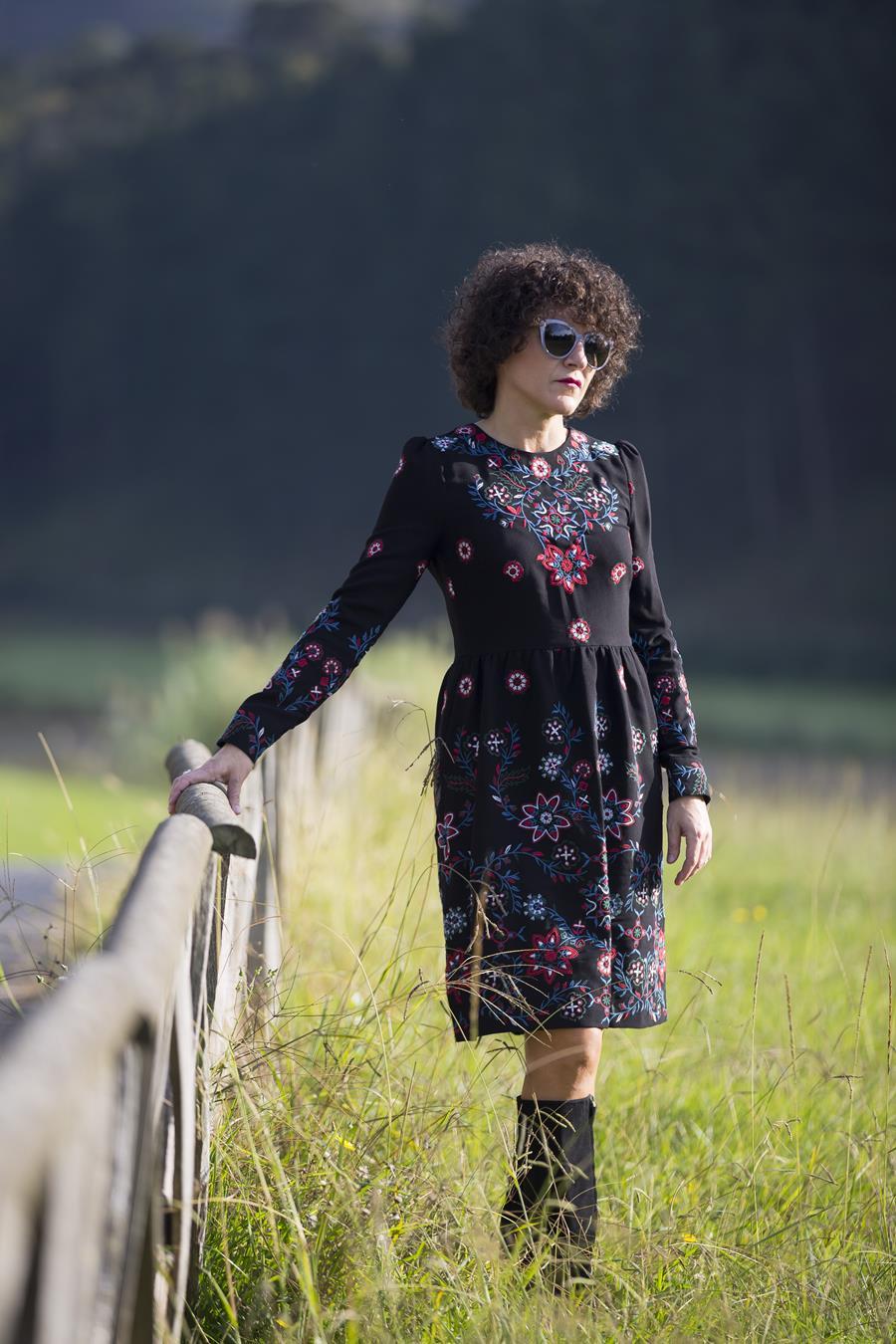 Rebeca Valdivia, Miss Clov, Personal shopper, Donostia, vestido negro, black dress, dress, boho, vestido bordado, boots, botas tacón ancho y plataforme, botas altas, abrigo de doble faz, abrigo piel vuelta, shearling coat