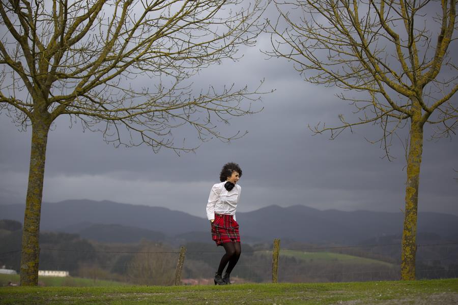 Rebeca Valdivia, personal shopper, Donostia, San Sebastián, Miss Clov, falda lana, wool skirt, tartan, camisa blanca, white shirt, botines, boties, hells, bolso bandolera, correa guitarra, gitar bag, abrigo paño, wool coat, curls, rizos, curlspower