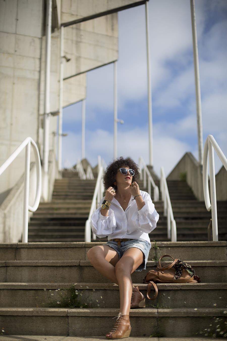 Rebeca Valdivia, Miss Clov, personal shopper, Donostia, San Sebastián, curlpower, curls, sandalia abotinadas, sandals, denim short, leather bag, white shirt, frills, camisa blanca, maxi pendientes, pendientes piña, maxi earings