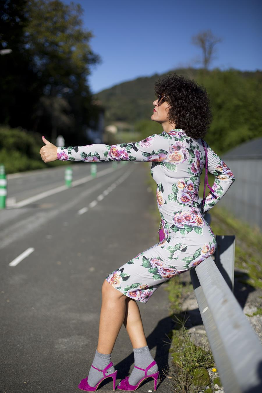 Rebeca Valdivia, personal shopper, estilista, stilist, Donostia, San Sebastián, Miss Clov, curls, rizos, curlpower, Vestido de flores, vestido pegado, flores rosas, pink flowers, sandals with socks, sandalias con calcetines, bag, bolso bandolera, flower dress