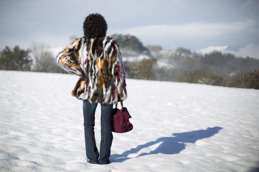 Rebeca Valdivia, personal shopper, estilista, stilist, asesora de imagen, denim, pantalón campana, bell pants, yety, abrigo pelo, sintético, faux fur coat, lizartza, bolso cartera, botín serpiente, boots, snow, nieve, txindoki