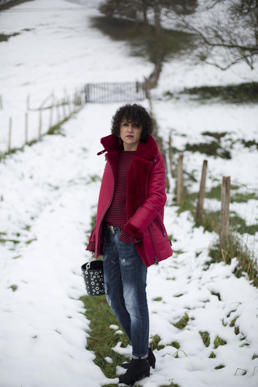 Rebeca Valdivia, personal shopper, estilista, stilist, asesora de imagen, boyfriend jeans, semi bota, botín tacón, heels, bolso tachuelas, tachas, jersey rayas, abrigo doble faz, abrigo rojo, red coat, winter, curls, snow, nieve, maxi earring