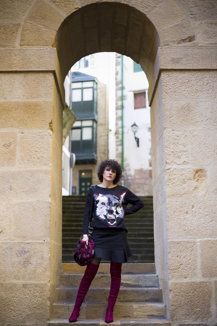 Rebeca Valdivia, asesora de imagen, personal shopper, estilista, stilist, Donostia, San Sebastián, Miss Clov, curls, rizos, botas calcetín, otk boots, frills skirt, falda volante, jersey lana, wool sweter, animal print, Zumaia