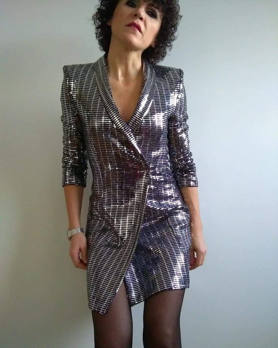 Rebeca Valdivia, asesora de imagen, personal shopper, estilista, stilist, Donostia, San Sebastián, Miss Clov, blanco y negro, black and white, stilettos, heels, zapato salón, vestido blazer, vestido plateado, metalizado, blazer dress, silver dress