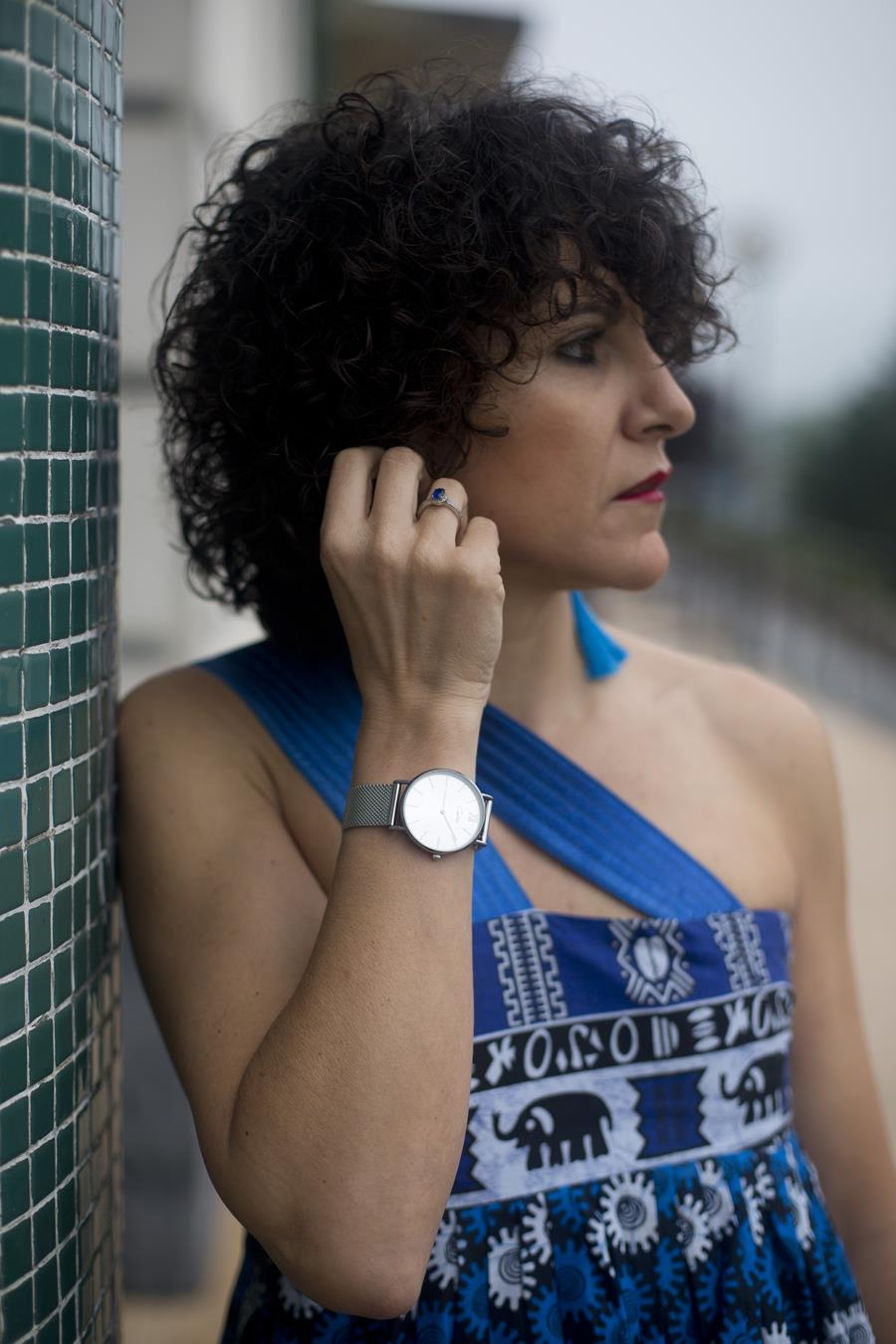 Rebeca Valdivia, asesora de imagen, personal shopper, estilista, stilist, Donostia, San Sebastián, Miss Clov, sandalias con hebillas, perfecto vaquero, denim jacket, afro, dress, vestido globo, Fanny Alonso Couture, Die Mier by Yolanda, telas, tissue, printed in South Africa, bolso de mano, tachas, tachuelas, pendientes, flecos, fringe, curls, rizos, Capitola Watches, ambassador, embajadora