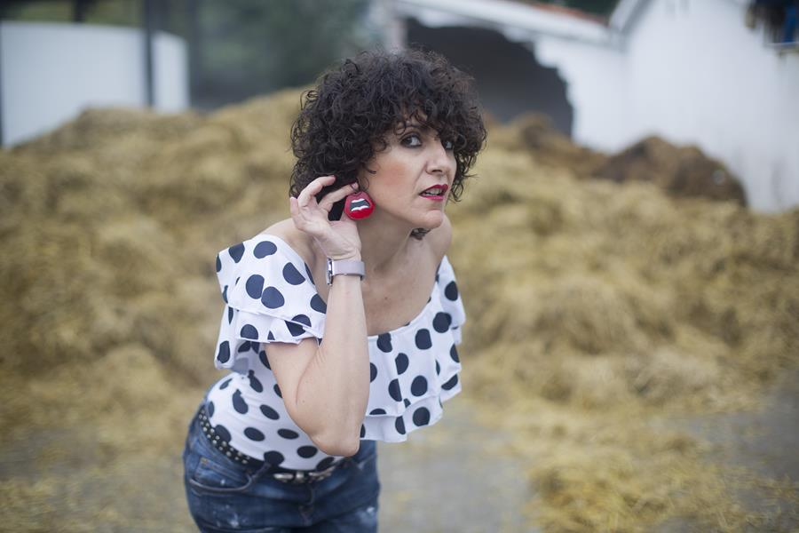 Rebeca Valdivia, asesora de imagen, personal shopper, estilista, stilist, Donostia, San Sebastián, Miss Clov, peeptoes, red shoes, zapatos rojos, bañador, beachwear, body, lunares, polkadoots, volantes, frils, pendientes, eraings, flamenca, indie, independiente, jeans, boyfriend jeans, curls, rizos