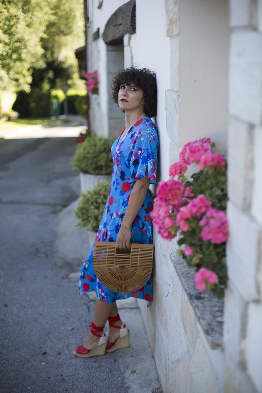Rebeca Valdivia, asesora de imagen, personal shopper, estilista, stilist, Donostia, San Sebastián, Miss Clov, dress, flower dress, vestido de flores, alpargatas, espadrilles, ecológico, hecho a mano, handmade, artesano, made in spain, saray y sus alpargatas, bolso bambú, bamboo bag, curls