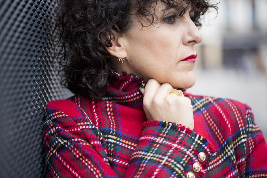 Rebeca Valdivia, asesora de imagen, personal shopper, estilista, stilist, influencer, Donostia, San Sebastián, Miss Clov, la blogger indie, influencer, riñonera Channel, denim, boyfriend jeans, whiteskirt, frills, tartan, chaqueta de cuadros, cuadro escocés, curls, rizos, zapatos rojos, heels, stilettos