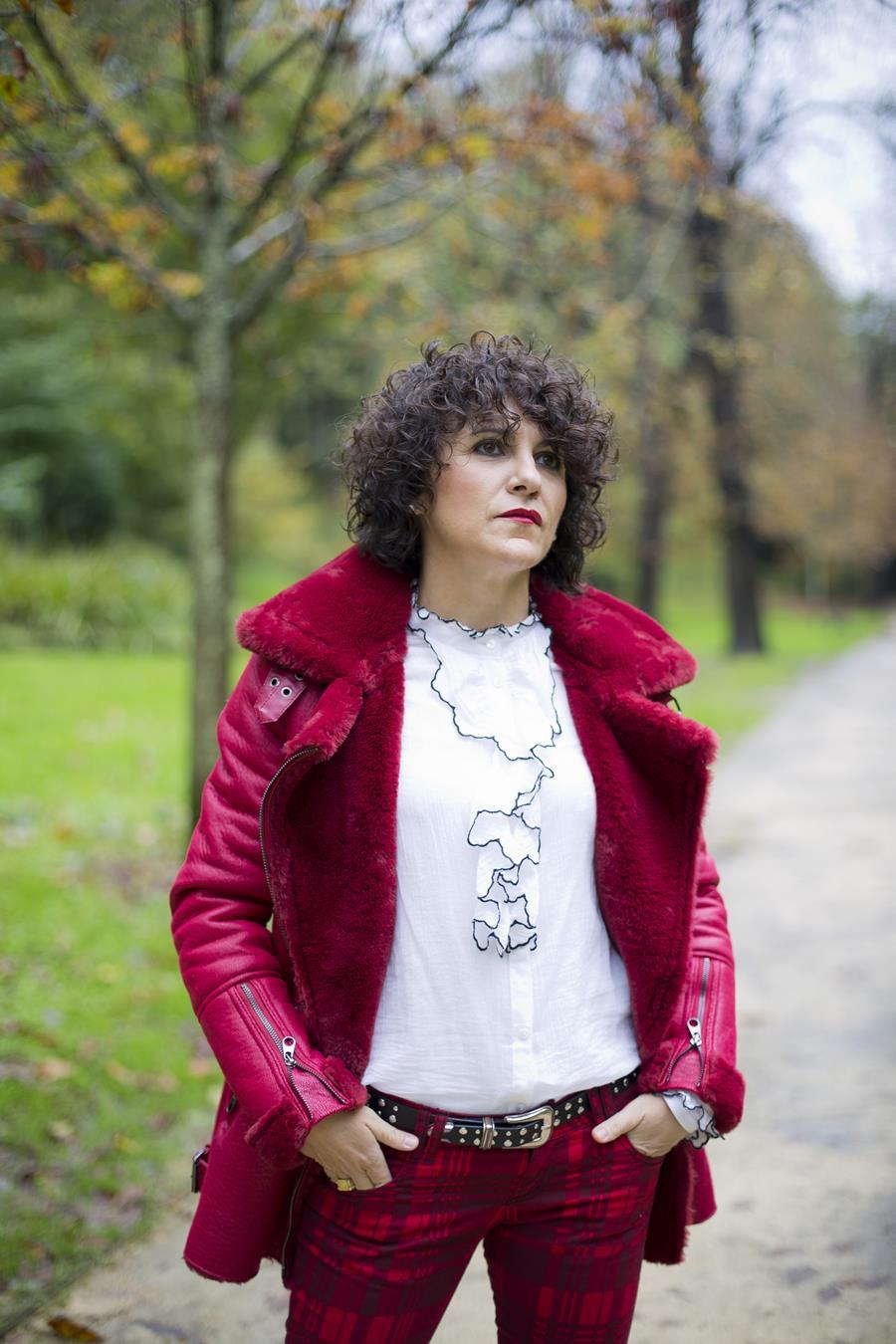 Rebeca Valdivia, asesora de imagen, personal shopper, estilista, stilist, influencer, Donostia, San Sebastián, Miss Clov, la blogger indie, influencer, tartán, pantalón pitillo, pantalón de cuadros, whiteskirt, frills, red coat, abrigo doble faz, curls, rizos