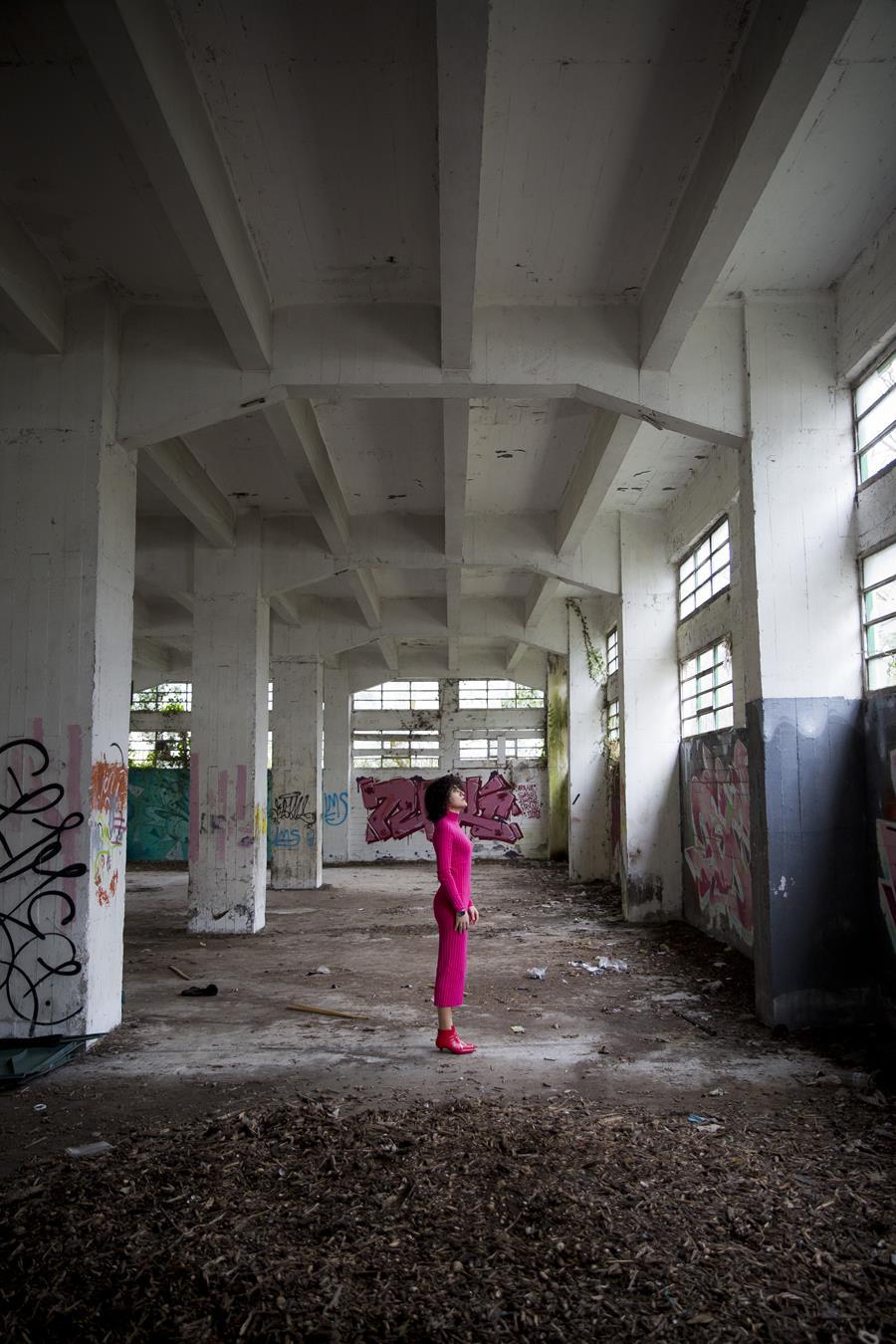 Rebeca Valdivia, asesora de imagen, personal shopper, estilista, stilist, influencer, Donostia, San Sebastián, Miss Clov, la blogger indie, influencer, dress, vestido canalé, rosa, pink, botines rojos, tomboystyle, graffiti