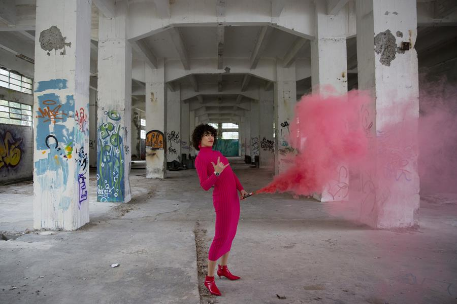 Rebeca Valdivia, asesora de imagen, personal shopper, estilista, stilist, influencer, Donostia, San Sebastián, Miss Clov, la blogger indie, influencer, dress, vestido canalé, rosa, pink, botines rojos, tomboystyle, graffitis, bengalas de humo, humo de colores
