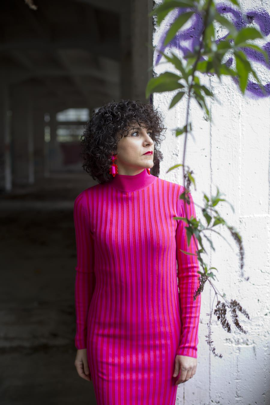 Rebeca Valdivia, asesora de imagen, personal shopper, estilista, stilist, influencer, Donostia, San Sebastián, Miss Clov, la blogger indie, influencer, dress, vestido canalé, rosa, pink, rizos, curls, tomboystyle, graffitis