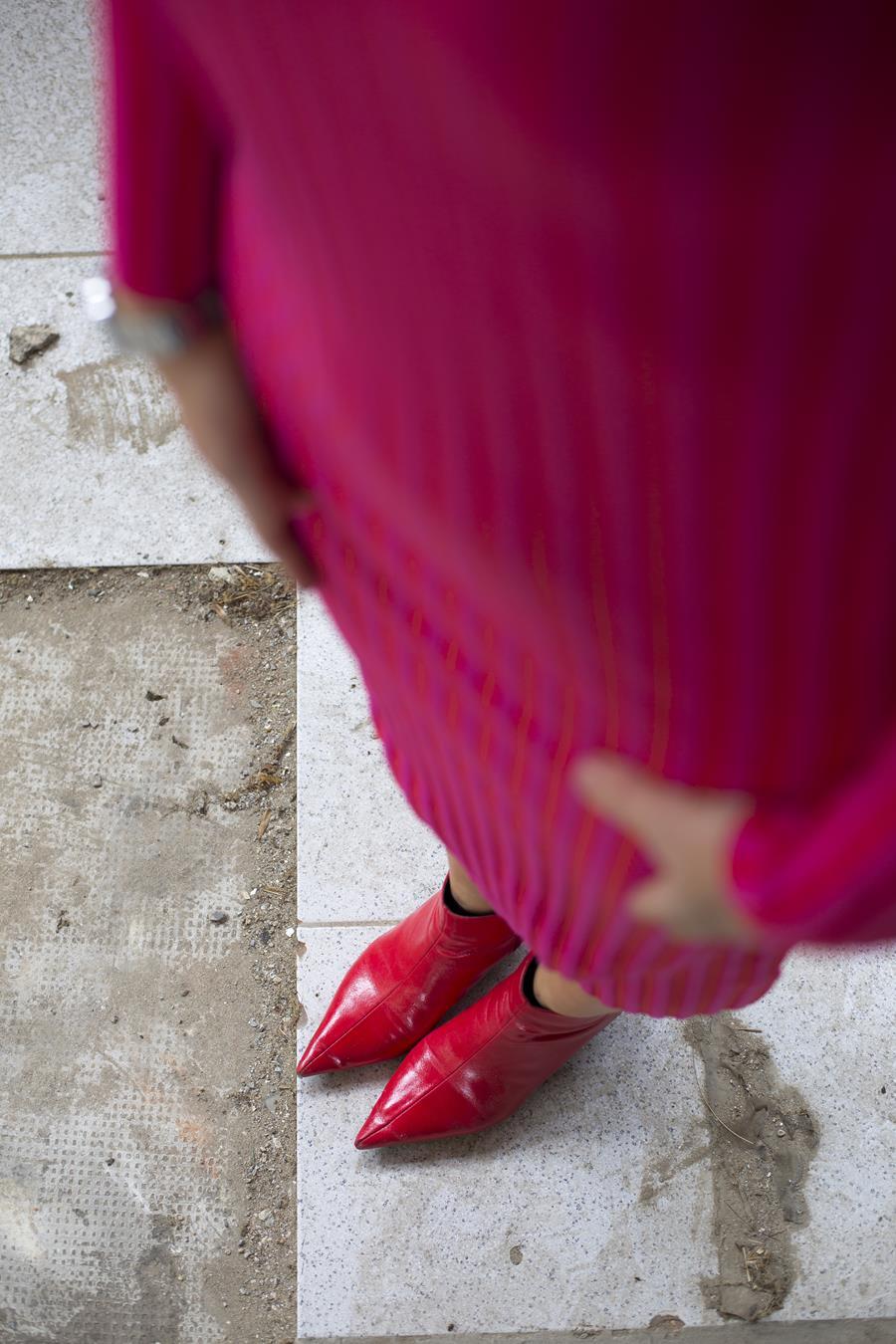 Rebeca Valdivia, asesora de imagen, personal shopper, estilista, stilist, influencer, Donostia, San Sebastián, Miss Clov, la blogger indie, influencer, dress, vestido canalé, rosa, pink, botines rojos, tomboystyle, graffitis