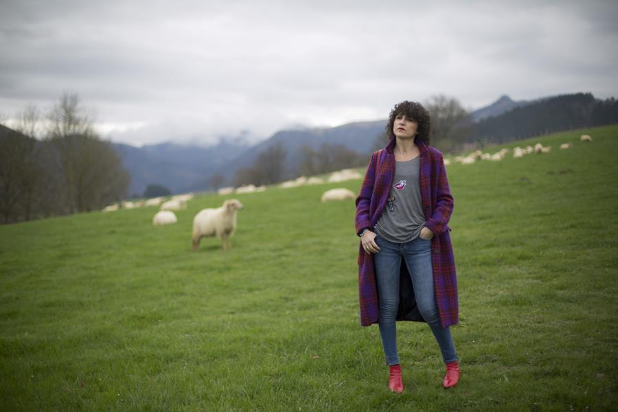 Rebeca Valdivia, asesora de imagen, personal shopper, influencer, Donostia, San Sebastián, Miss Clov, la blogger indie, influencer, Txindoki, jeans, botín rojo, abrigo de cuadros, abrigo de lana, wool coat