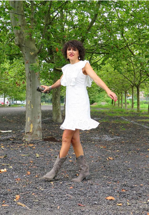 Rebeca Valdivia, asesora de imagen, personal shopper, influencer, Donostia, San Sebastián, Miss Clov, la blogger indie, Lasarte, dress, vestido blanco, cowboy boots, cowgirl, botas, Sendra, handmade, made in Spain, volantes, bordado, rizos, curls
