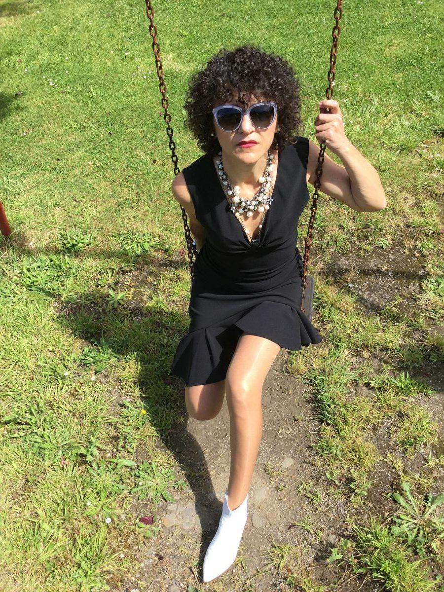 Rebeca Valdivia, asesora de imagen, personal shopper, influencer, Donostia, San Sebastián, Miss Clov, la blogger indie, Lasarte, dress, vestido negro, volantes, frills, botines blancos, white boots, black and white