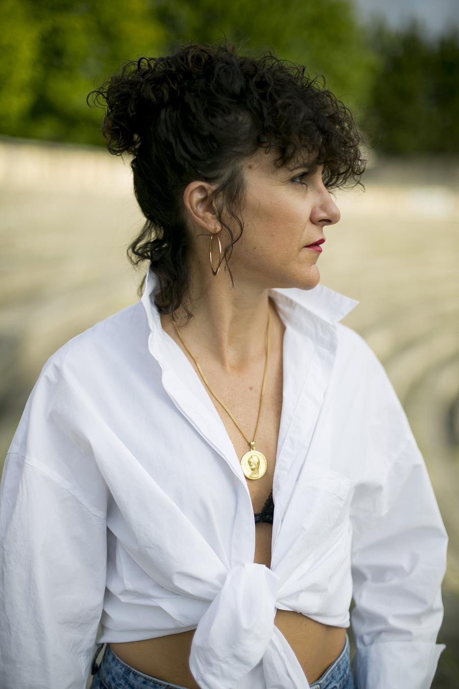 Rebeca Valdivia, asesora de imagen, personal shopper, influencer, Donostia, San Sebastián, Miss Clov, la blogger indie, Donostia, street style, ootd, moño, falda vaquera, denim, camisa blanca, white shirt, stilettos, animal print, clutch, tachuelas