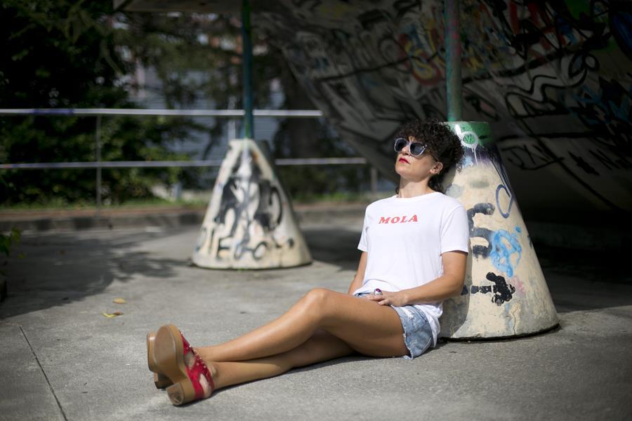 Rebeca Valdivia, asesora de imagen, personal shopper, influencer, Donostia, San Sebastián, Miss Clov, la blogger indie, Lasarte, street style, ootd, moño y vermut, short, denim, underground, sudadera, cuñas,Calzados Tello, Alpe, tachuelas