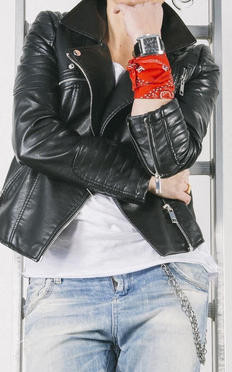 perfecto cuero, boyfriends jeans, stilettos