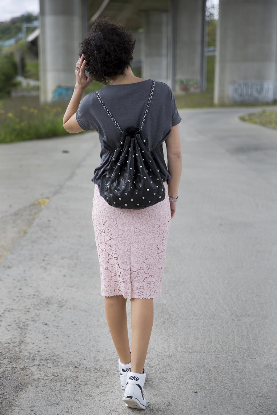 Shirt, camiseta, lady skirt, falda lapiz, falda encaje, zapatillas bota, nike, sneakers, bag, bolso saco, tachuelas, attitude, actitud