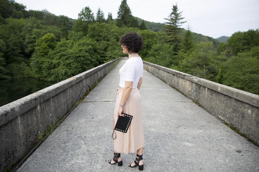 falda pareo, falda nude, skirt, guipur, blonda, sandalias, sandas, macarras, bolso mano, handbag, tachuelas, tachas, top blanco, cropped top