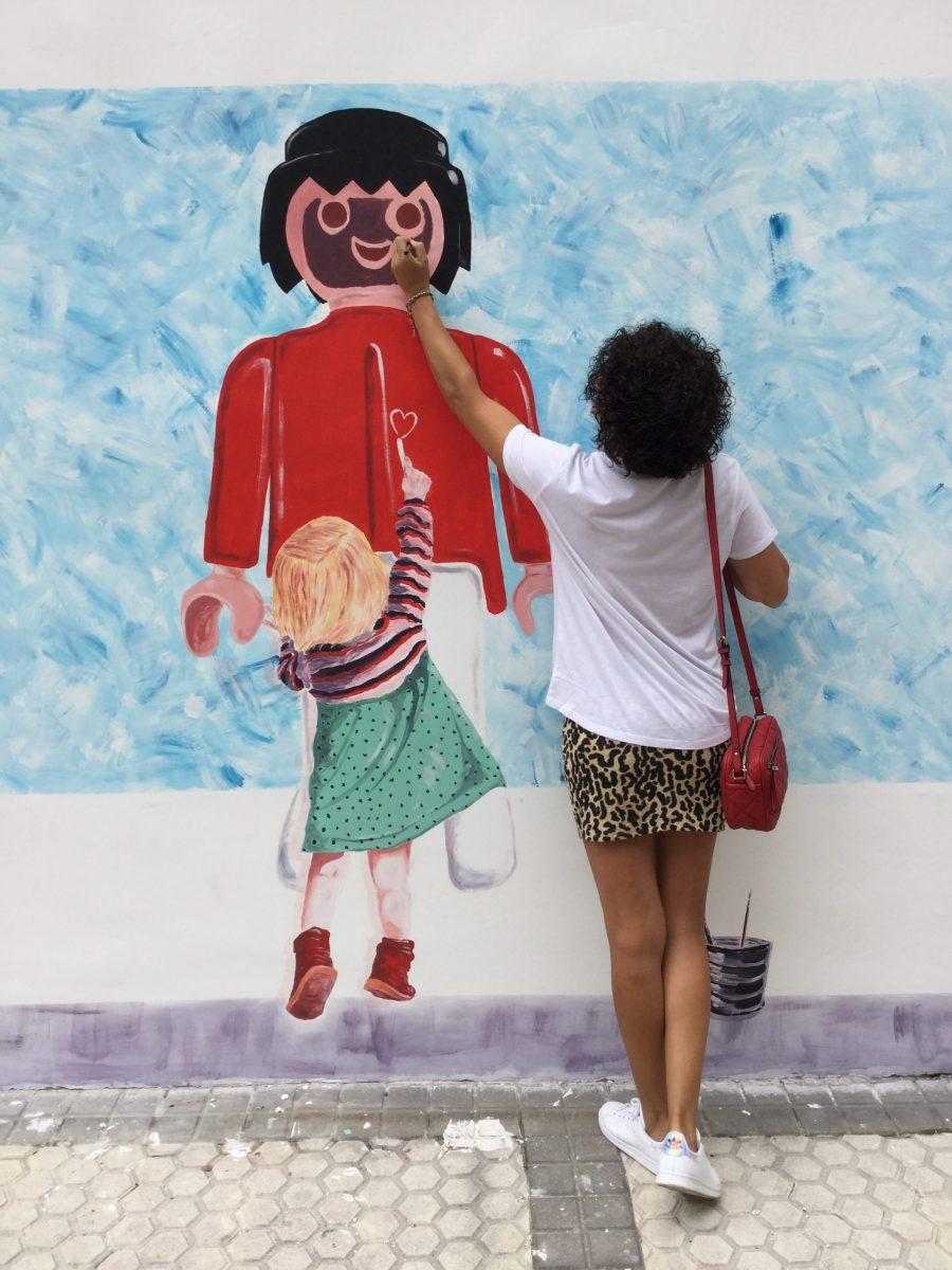 grafitis, Lasarte, Gipuzkoa, Miss Clov, playmovil, Manu Méndez, mini falda leopardo, sneakers, adidas stansmith, bolso bandolera, bolso rojo, camiseta blanca, mola, streetart
