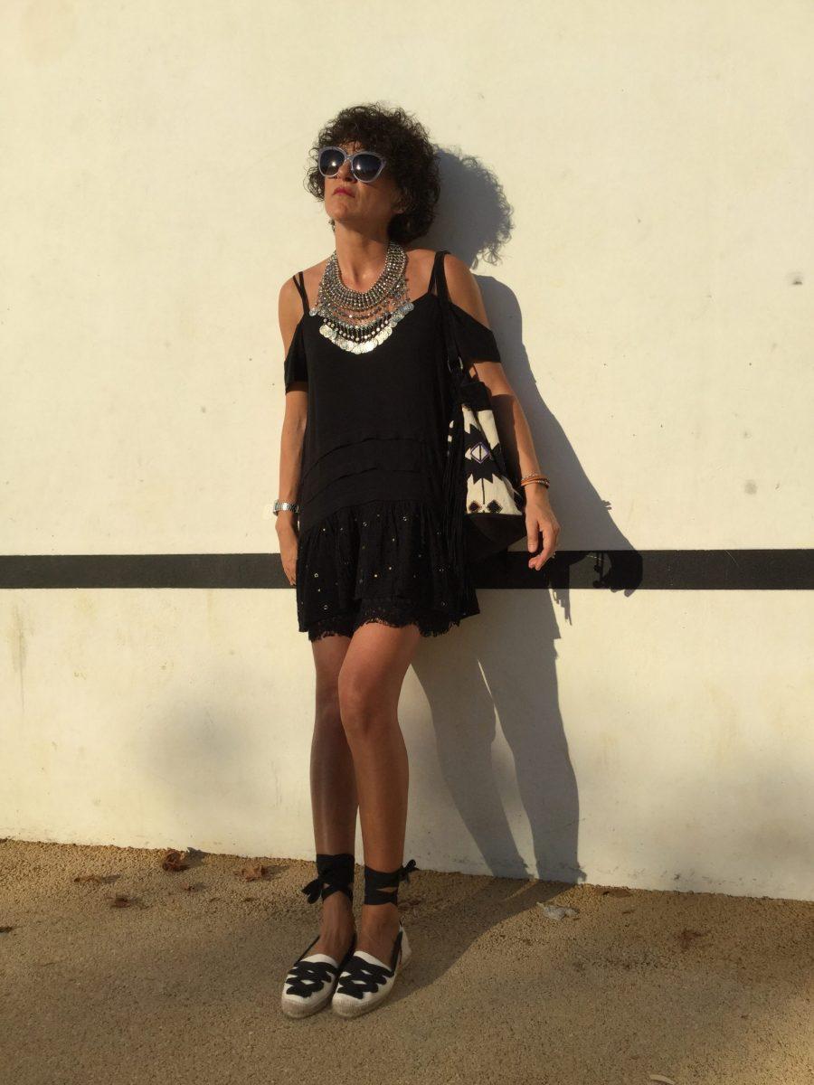 Dress, black dress, vestido negro, hombros descubiertos, alpargatas, espadrilles, madehand, made in spain, artesano, ecológico, bolso etnico, boho bag, maxi collar, collar monedas, gafas sol, sunglasses