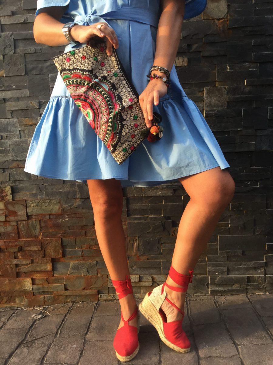 Vestido azul, curls, rizos, vestido volantes, frills, Dress, blue dress, alpargatas, spadrilles, red, boho bag, bolso etnico
