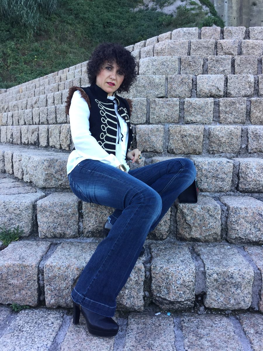Rebeca Valdivia, personal shopper, Donostia, Miss Clov, chaleco flecos, chaleco galones, vest, doble botonadura, bell jeans, vaquero campana, pantalón campana, jeans, camisa blanca victoriana, withe shirt, botín plataforma, botín tacón, hells, boot, plataform, bolso bandolera parches, bag, shoulder bag