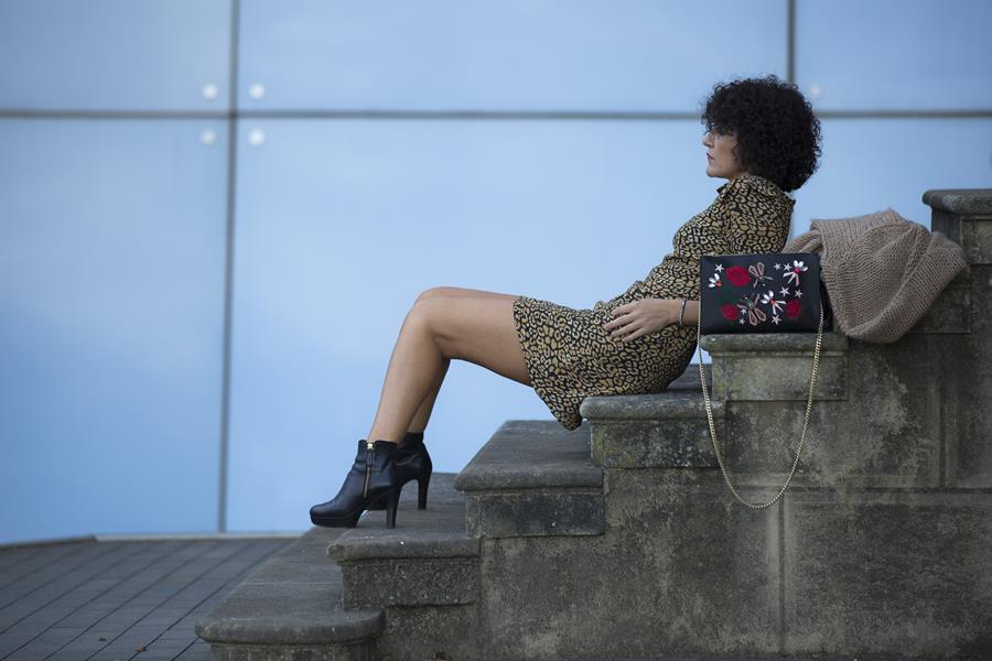Rebeca Valdivia, Miss Clov, Personal Shopper, Donostia, Getaria, animalprint, leopardo, dress, vestido, botines tacon, plataforma, boots, bag, bolso bandolera parches, chaqueta lana, cardigan, maxi cardigan