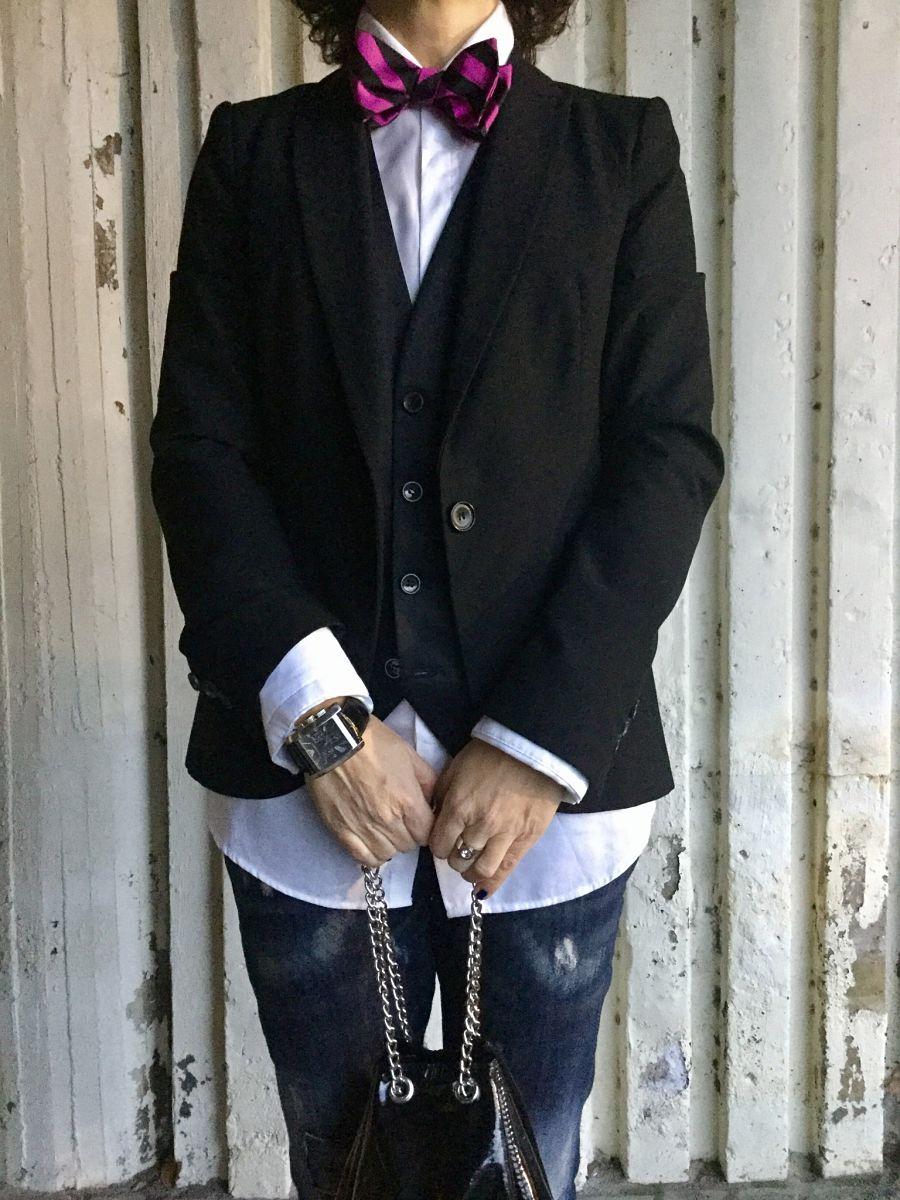Rebeca Valdivia, Miss Clov, personal shopper, Donostia, San Sebastián, boyfriend jeans, vaqueros cagados, Hells, camisa blanca, white shirt, chaleco novio, chaleco negro, blazer , americana negra, pajarita, bolso saco, bolso charol, rizos, curls, patent leather bag, bow