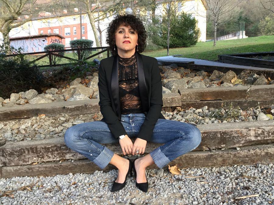 Rebeca Valdivia, personal shopper, Miss Clov, Donostia, San Sebastián, boyfriend jeans, vaqueros cagados, hells, zapatos tacón, salones, camisa encaje, lace shirt, guipur, glasee, smoking blazer, americana, curls, curly, rizos