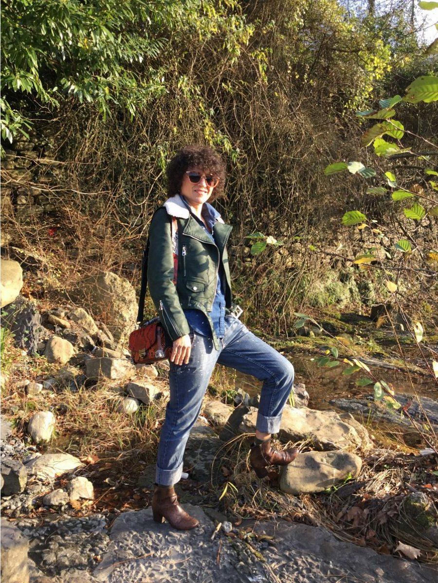 Rebeca Valdivia, personal shopper, donostia, San Sebastián, Miss Clov, blogger, boyfriend jeans, denim,shirt, Boots, animal print, bag, girar bag, bolso bandolera guitarra, perfecto cuero, greenery, curls, rizos
