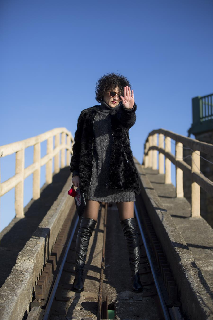 Rebeca Valdivia, personal shopper, Miss Clov, Donostia, San Sebastián, Igueldo, boots otk, botas por encima de la rodilla, wool dress, vestido de lana, abrigo piel sintética, faux fur coat, bolso mano, hand bag, curls, curlygirl, curlspower, rizos