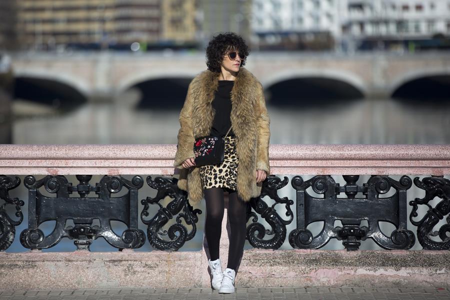 Rebeca Valdivia, Personal Shopper, Donostia, San Sebastián, Miss Clov, animal print, mini skirt, mini falda leopardo, volantes, frills, jersey de lana, wool sweater, leather, fur coat, abrigo de piel, sneaker, zapatillas bota, Nike, sstreetstyle, curls, curlpower