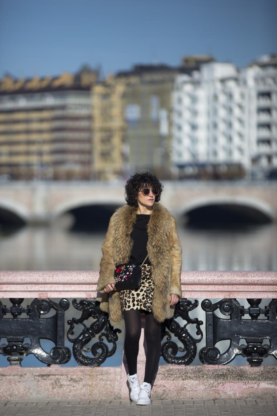 Rebeca Valdivia, Personal Shopper, Donostia, San Sebastián, Miss Clov, animal print, mini skirt, mini falda leopardo, volantes, frills, jersey de lana, wool sweater, leather, faux fur coat, abrigo de piel, sneaker, zapatillas bota, Nike, sstreetstyle, curls, curlpower