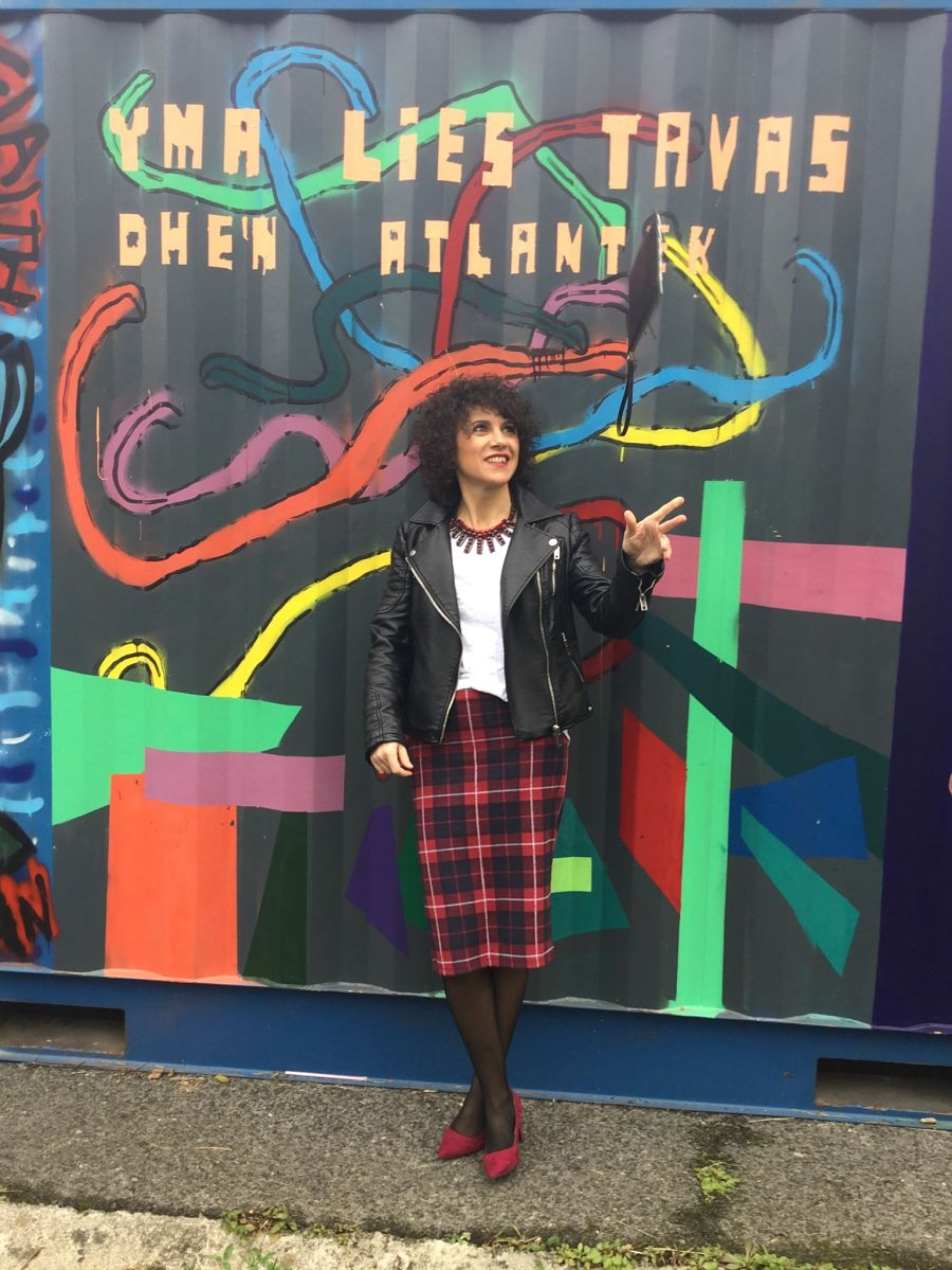 Rebeca Valdivia, Araeta, personal shopper, Donostia, San Sebastián, falda lápiz, tartan, lady skirt, white tee, camiseta blanca, maxi collar, necklace, perfecto de cuero, biker, cartera tachas, hand bag, stilettos, hells, zapatos rojos, grafittis