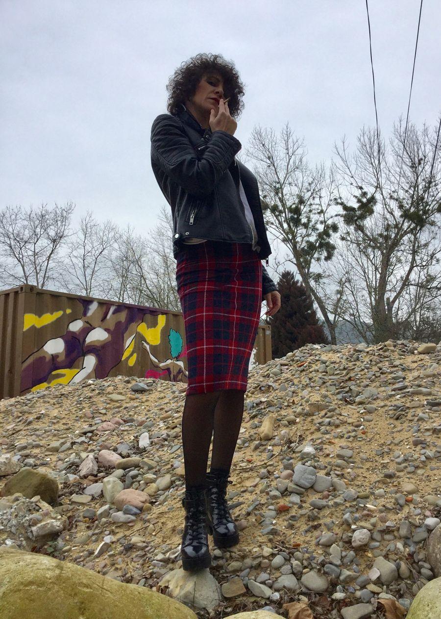 Rebeca Valdivia, Araeta, personal shopper, Donostia, San Sebastián, falda lápiz, tartan, lady skirt, white tee, camiseta blanca, maxi collar, necklace, perfecto de cuero, biker, cartera tachas, hand bag, stilettos, hells, zapatos rojos