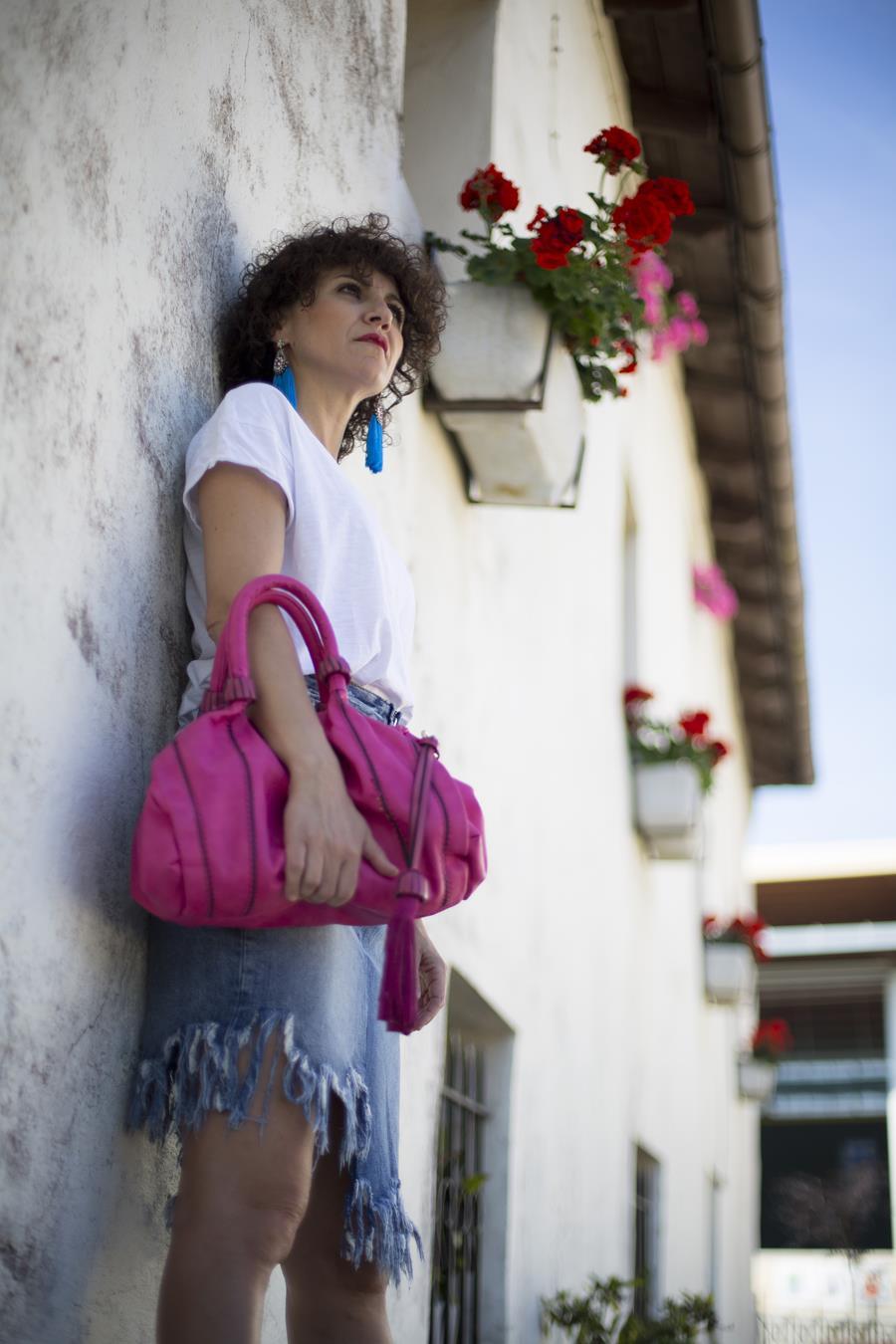 Rebeca Valdivia, Miss Clov, personal shopper, Donostia, San Sebastián, curlpower, curls, sandalia abotinadas, sandals, Pink bag, white tee, denimskirt, camiseta blanca, maxi pendientes, pendientes pompon, maxi earings