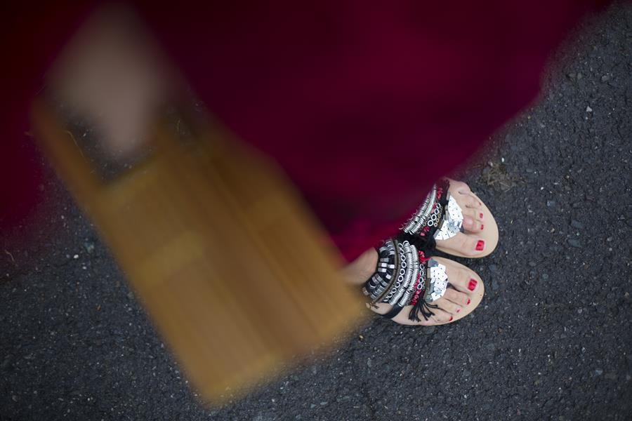 Rebeca Valdivia, personal shopper, Donostia, San Sebastián, Miss Clov, vestido rojo, oriental, red dress, oriental style, sandals, sandalias planas, maxi pendientes, maxi earings, bolso bambú, bamboo basket, curls, rizos, curlpower
