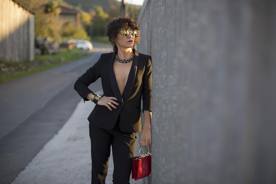 Rebeca Valdivia, personal shopper, estilista, stilist, Donostia, San Sebastián, Miss Clov, curls, rizos, curlpower, salones, zapato salón, stilettos, hells, americana, blazer, smoking, traje negro, bolso mano, hand bag