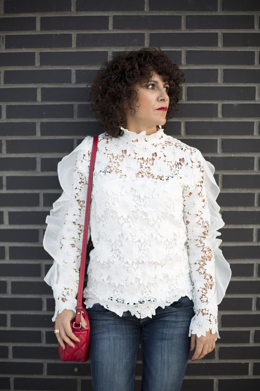 Rebeca Valdivia, personal shopper, estilista, stilist, Donostia, San Sebastián, Miss Clov, curls, rizos, bell jeans, pantalón de campana, camisa encaje, guipur, camisa blanca, white shirt, peep toe, bag, bolso bandolera