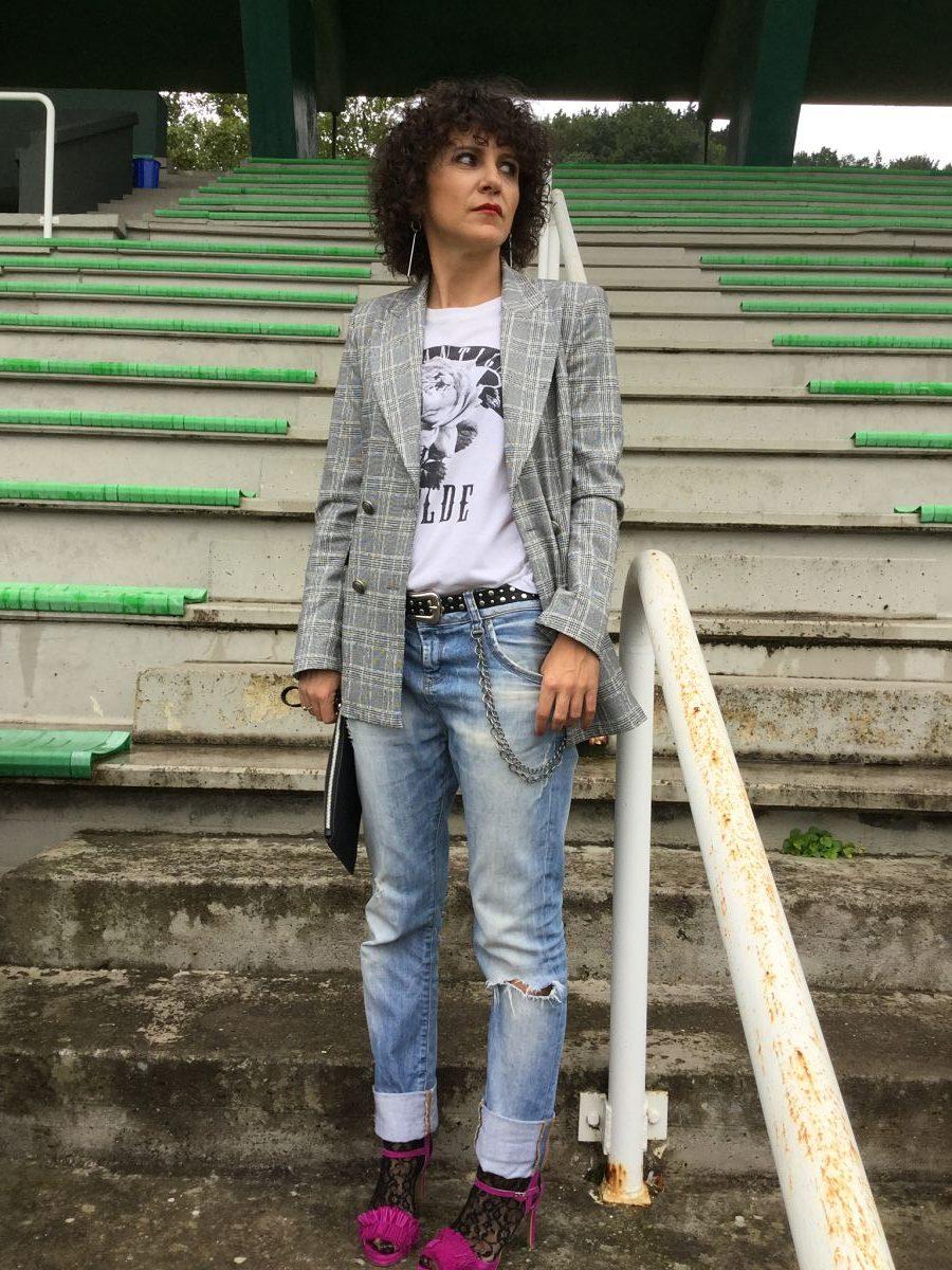 Rebeca Valdivia, personal shopper, Donostia, San Sebastián, Miss Clov, curls, rizos, curlpower, boyfriend jeans, hells, sandasl, frills, guipur, calcetines encaje, pata de gallo, americana, blazer, tee, camiseta, mensaje, bolso mano, tachas, hand bag