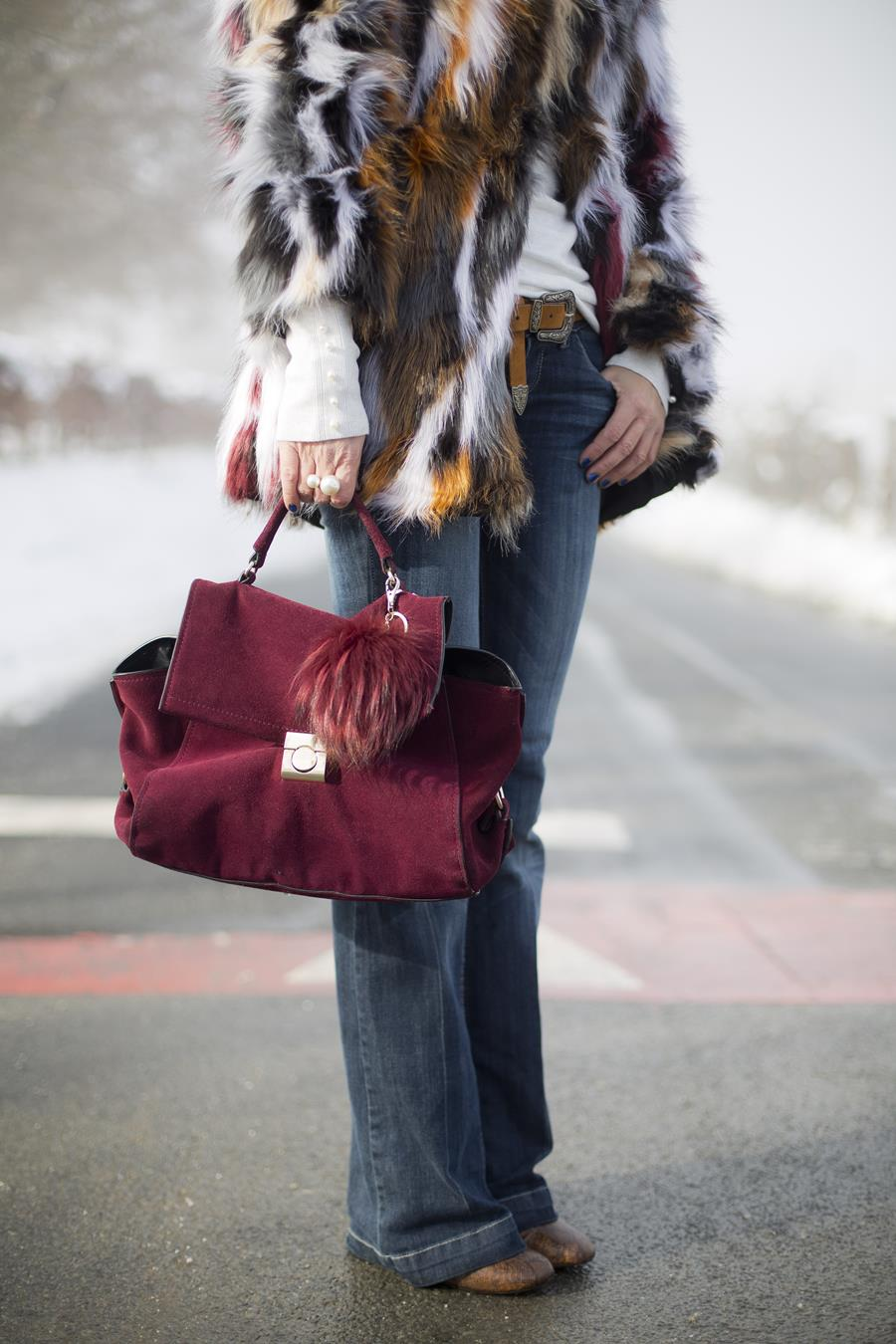 Rebeca Valdivia, personal shopper, estilista, stilist, asesora de imagen, denim, pantalón campana, bell pants, yety, abrigo pelo, sintético, faux fur coat, lizartza, bolso cartera, botín serpiente, boots, perlas, pearls, snow, nieve,